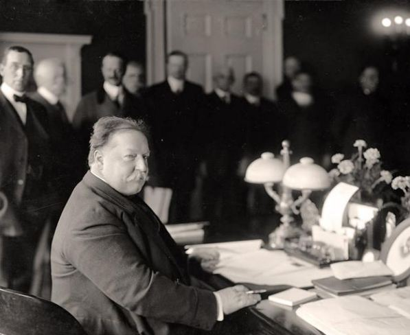 President Taft signing the proclamation of independence for New Mexico.