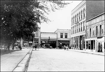 Lincoln Ave, west of the plaza circa 1918. Image courtesy of Razatos Family Archive.